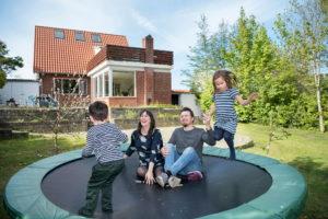 Familien Stockmarr Olesen ved deres hus i Haderslev